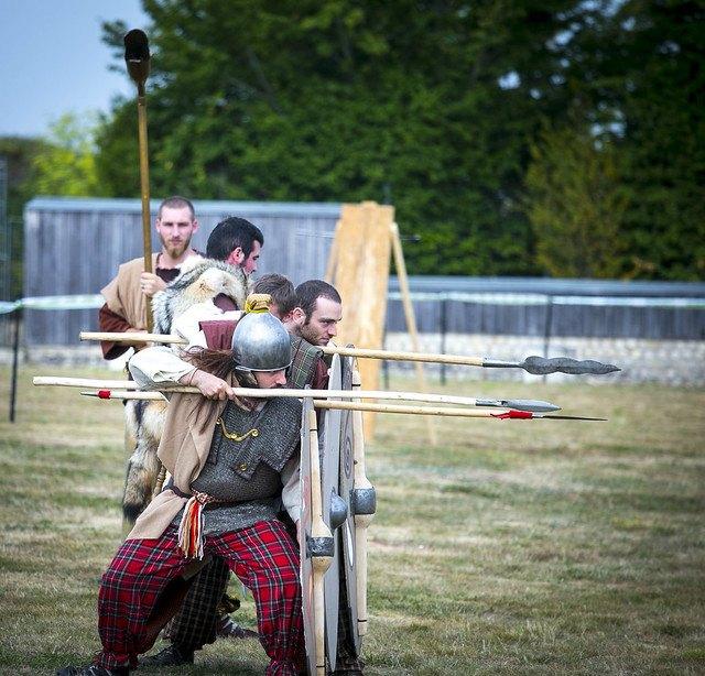 Personnage en costume avec des lances
