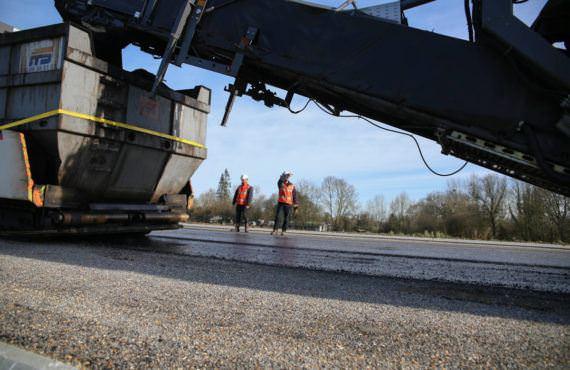 Engin de chantier sur une route en travaux