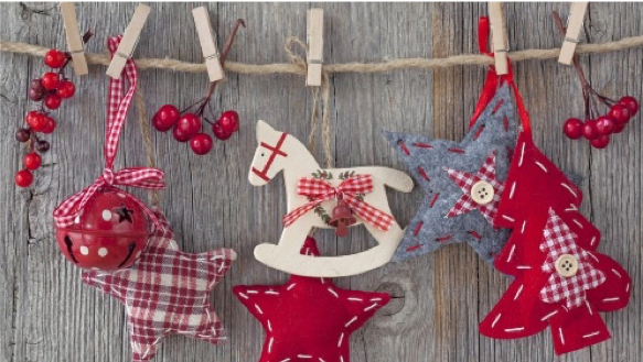 Décorations de Noël fait à la main en forme d'étoiles, de sapin et de petit cheval.