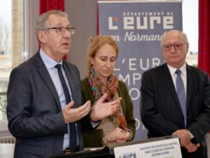 Pascal Lehongre en train de faire un discours sur la déiviation de Bourg-Achard.