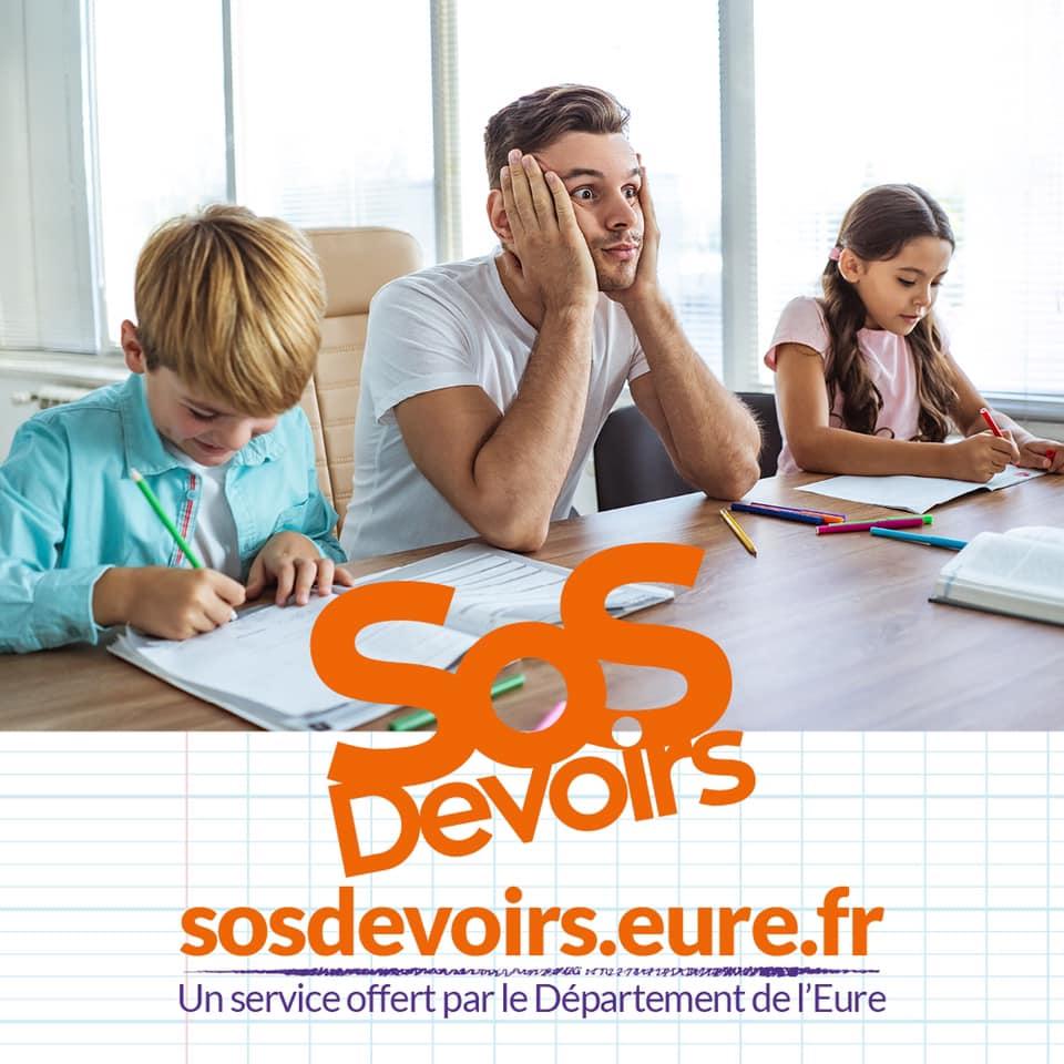 Un parent et deux enfants en train de faire des devoirs