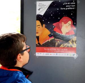 Enfant devant une affiche
