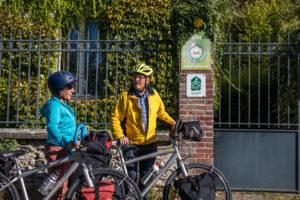 2 cyclistes devant un gite