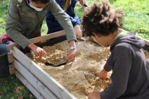 Enfants en train de fouiller dans le sable