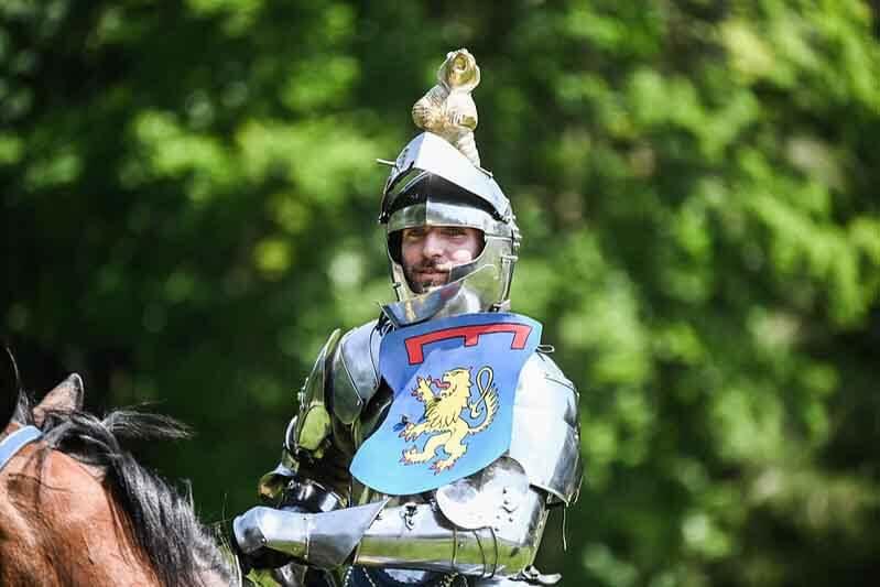chevalier avec une armure sur un cheval
