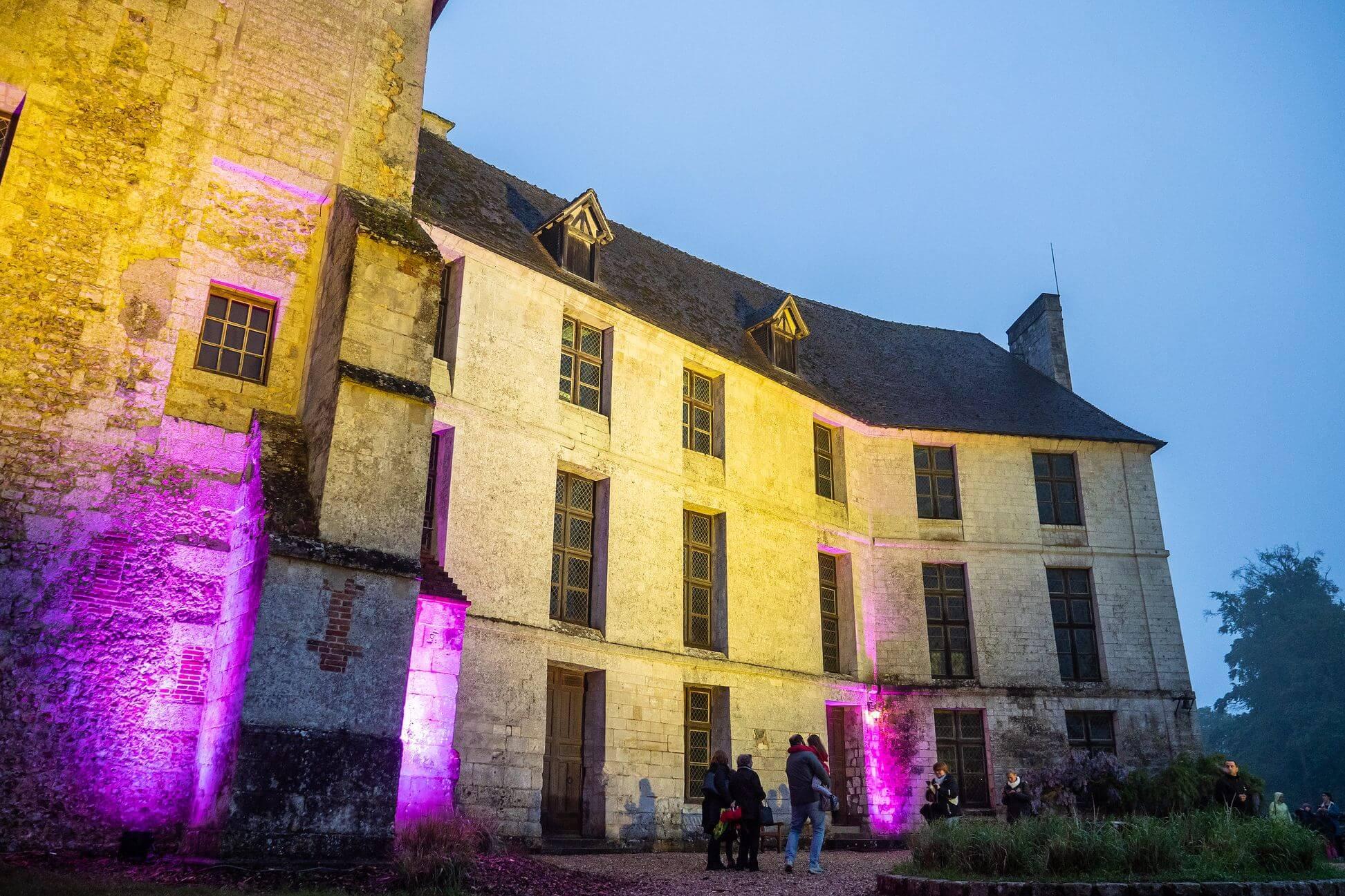 façade du château d'harcourt avec un éclairage violet