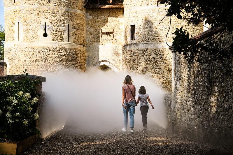 Femme et enfant dans la brume à Harcourt