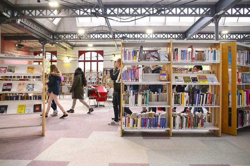 rayonnage de livres dans une bibliotheque