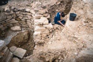 personne sur un site de fouille archéologique