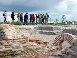 groupe d'adultes en train de visiter le site de Gisacum