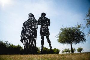 sculpture de silhouette d'homme et de femme