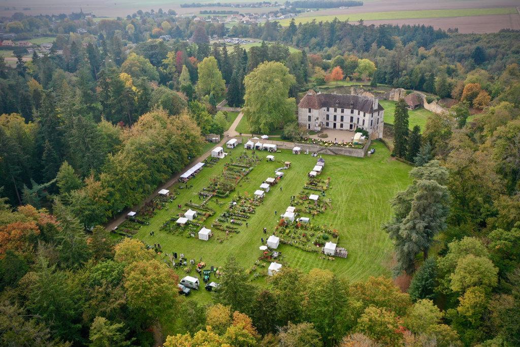 vue aérienne du chateau d'harcourt avec les exposants des automnales